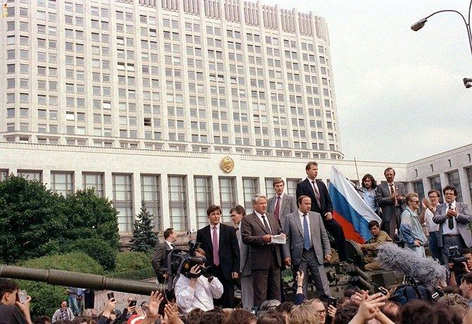 Boris Eltsine sur le char des putschistes de 1991.